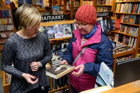 Seija Heikkinen (oik.) etsi Suvi Suvannon opastuksella sopivaa joululahjakirjaa äidilleen. Heikkinen kertoi käyttävänsä nykyään vähemmän rahaa lahjoihin kuin lasten ollessa pieniä. Joulua hän viettää työn merkeissä vanhusten parissa.
