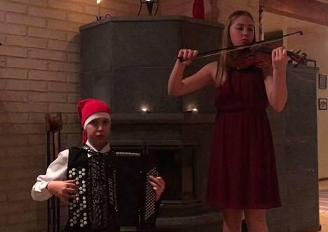 Ville ja Emma Vehkalahti valitsivat tämän viikon kappaleekseen perinteisen suomalaisen joululaulun.