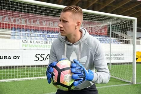 Tuomas Karjanlahti tuli Hakan maalinsuulle toisella jaksolla ja joutui päästämään pallon kerran selkänsä taakse.