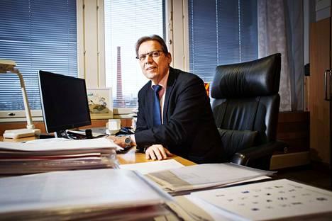 Tampereen pormestarin Lauri Lylyn työhuone sijaitsee virastotalolla. Alkuvuodesta Lyly joutuu pohtimaan, miten Tampereen talous saataisiin tasapainoon.