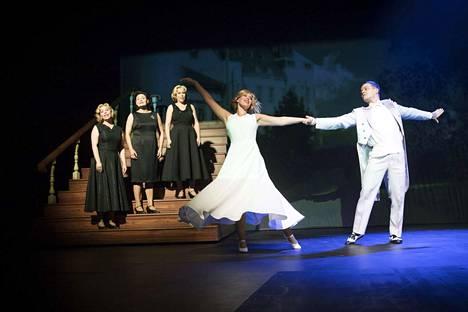 Porin teatterin Harmony Sistersissä sisaruksia näyttelevien Heta Halosen, Maarit Niemelän ja Heidi Rantakeisun äänet soivat upeasti yhteen.