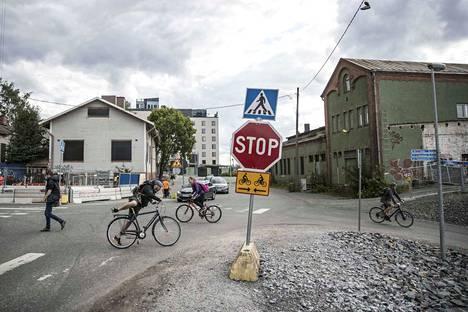 Tavara-aseman risteys on yksi Tampereen sekavimmista liikennesumpuista.