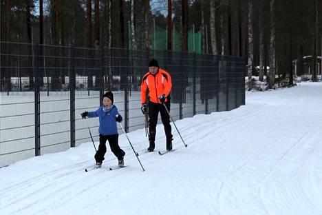Nikolai Votshenko ulkoilutti keskiviikkona suksiaan poikansa Eeliksen kanssa. Vaikka tällä hetkellä riittää luonnonluntakin, niin kaksikko jakaa kiitosta viime vuosien vähälumisten talvien tykkilumiladulle.