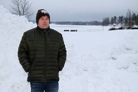 Mikko Korpela päätti järjestää yhteisen ilotulituspaikan Rivieeran uimarannan parkkialueelle.