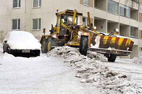 Muutaman vuoden takaisessa kuvassa Siltakatua höylätään tiekarhulla. Karhu on järeä työkalu, jolla saadaan poistettua lumi ja jää kaduilta pohjia myöten.