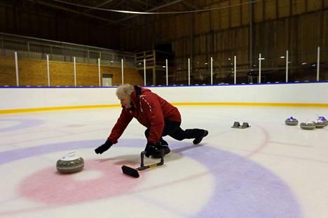 Längelmäki Halli Oy:n hallituksen puheenjohtaja Raimo Kokkonen sanoo, että curling on heti jääkiekon jälkeen paras laji.
