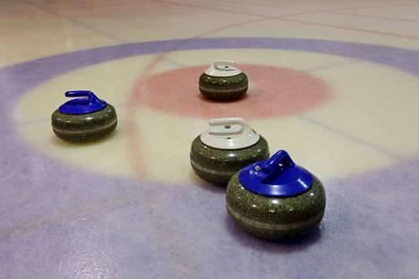 Aluksi kivet olivat sementistä, mutta Tunkelo-säätiön lahjoituksen turvin jäähallille hommattiin 16 oikeaa curling-kiveä.