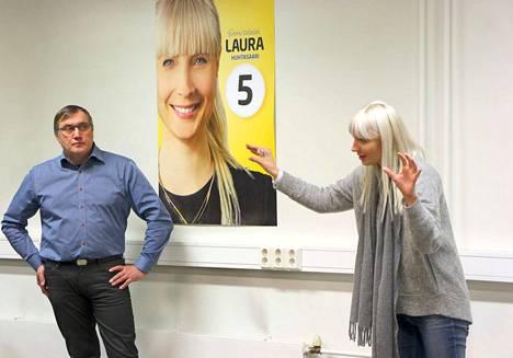Presidenttiehdokas Laura Huhtasaari (ps) sai liikkeelle Kankaanpään seudulta noin 120 mahdollista äänestäjää. Piirin puheenjohtaja Tapio Laurila kuuntelee valppaana, kun karisma tempaa mukaansa.