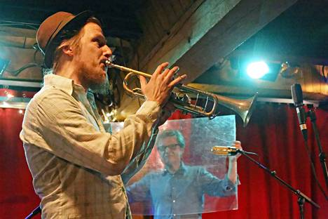 Eero Savela puhalteli trumpettiinsa Affe Forsmanin soittaessa pleksilevyä Telakalla lauantaina.
