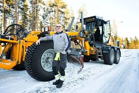 Hyvin varustellun tiehöylän hinta on 350000–380000 euroa. Kuvassa oleva tiehöylä on Nokialla. Sen kuljettaja Jaakko Koivuniemi hankki höylän vuosi sitten.