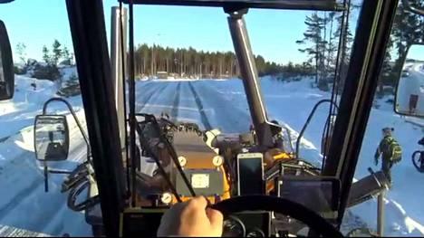 Jaakko Koivuniemi ajelee työkseen Nokian kaupungin vuosi sitten hankkimalla tiehöylällä.