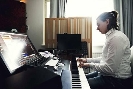Opintojen aikana Tapani Siirtola teki ensimmäisen suuren sävellystyönsä: musiikit täyspitkään Star Wreck: In the Pirkinning -elokuvaan.