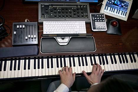 Koskettimet ovat tietokoneen rinnalla säveltäjä Tapani Siirtolan tärkeimmät työkalut.
