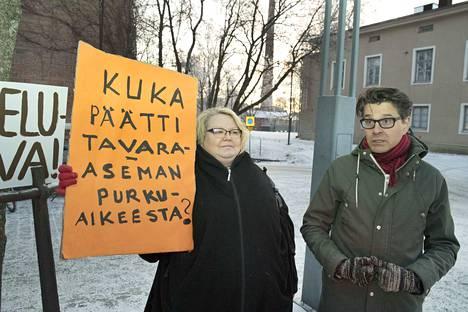 Vasemmistovaikuttajat Sinikka Torkkola ja Jouni Sirén ihmettelevät, missä päätös tavara-aseman purkamisesta on tehty.