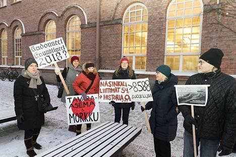 Tampereella Frenckellin virastotalon edustalla järjestettyyn mielenilmaukseen osallistui kymmenkunta tavara-aseman puolustajaa.