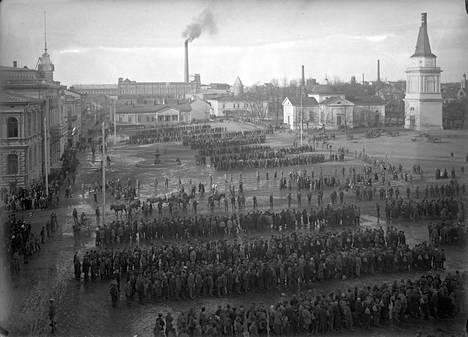 Vangittuja punaisia Keskustorilla sisällissodan jälkeen. Sisällissodan päätyttyä vankien kokonaismäärä oli yli 80 000.