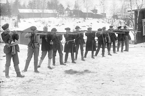 Punakaarti ampumaharjoituksissa Siltalan talon pihassa Ruovedellä.