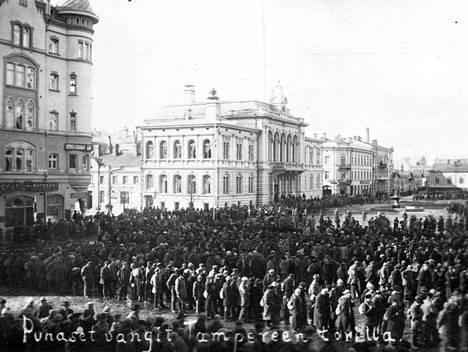 Vangittuja punaisia Tampereen Keskustorilla vuonna 1918.