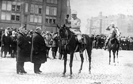 Pormestari von Haartman otti Mannerheimin vastaan Helsingin voitonparaatissa 16.05.1918.