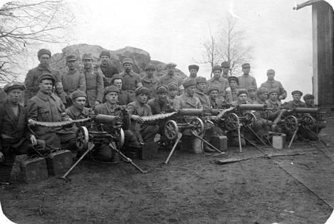 Valkoisia sotilaita konekivääreineen Tampereella 19.04.1918.
