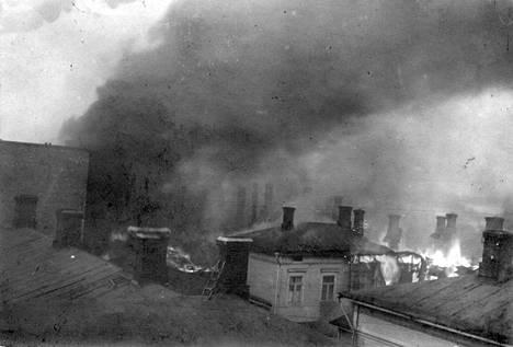 Palavia taloja Pellavatehtaankadun varrella Tampereella vuonna 1918.
