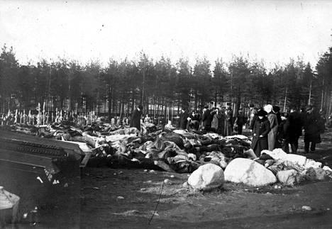 Punaisten omaiset yrittivät tunnistaa ruumiita Kalevankankaan hautausmaalla. Taistelu oli yksi verisimpiä. Valkoiset menettivät yli 200 miestä, punaiset noin sata miestä.
