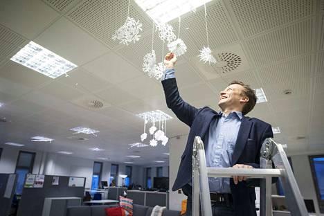 """Elinarin toimistossa näkee huppareita ja porukalla kattoon askarreltuja lumihiutaleita. Ari Juntunen itse on syntyperäinen porilainen ja omien sanojensa mukaan """"Pori-fani"""".–Minusta täältä on pitkään puuttunut se """"juttu"""". Brändikampanja oli hirveän virkistävä, hän sanoo."""