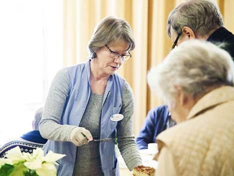Hoitokodilla toimii joka tiistai päiväkeskus kotisairaanhoidon potilaille. Iltapäivällä päiväkeskuksessa on tarjolla ohjelmaa, esimerkiksi musiikkiesityksiä. Esityksen jälkeen kahvitellaan. Vapaaehtoistyöntekijä Lilli Siltanen tarjoilee kahvia kävijöille.