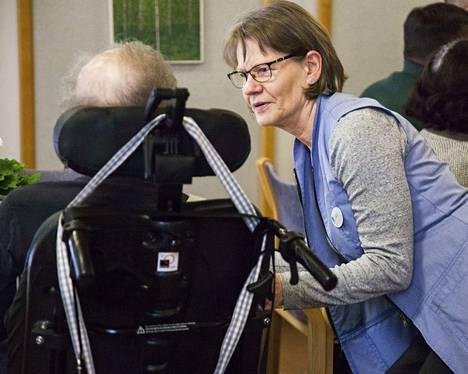 Lilli Siltanen tekee vapaaehtoistyötä itsekkäistä syistä, ei pelkästään pyyteettömästä auttamisen halusta. Hän kaipasi päiviinsä tekemistä, ja työ hoitokodilla sopii hänelle.