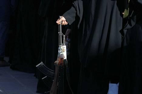 Aseiden vienti esimerkiksi Jemeniin on kielletty maan sotatilanteen takia. Kuvassa huthi-joukkoja kannattava nainen Jemenissä. Suomi ei ole vienyt aseita Jemeniin. Sen sijaan YK:n mukaan esimerkiksi Iran on näin kiellosta huolimatta tehnyt.