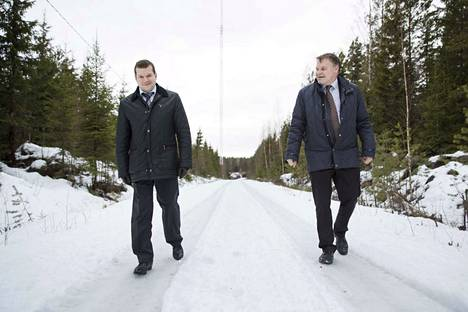 Satawindin suuromistaja Igor Pavlov kävi tutustumassa suunnitellun Lammin tuulipuiston alueeseen toimitusjohtaja Jussi Kokkilan opastamana torstaina. Taustalla näkyvän maston avulla mitataan paikan tuulioloja.