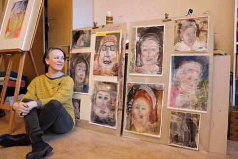 Anne-Mari Alitalon kollaasipohjille syntyy aina uusia kasvoja. Ovatko ne asiakaspalvelutyössä tavattuja ihmisiä?