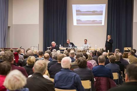 Porin kaupunki järjestämä yleisötilaisuus Lammin tuulivoimapuiston osayleiskaavaehdotuksesta keräsi runsaasti kuulijoita Ahlaisten koululle viime lokakuussa.