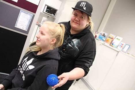 Lähihoitajaopiskelija Minttu Salonen hieroo pallolla Susanna Jokelaa. Käsivarsien lisäksi voi hieroa hartioita ja selkää.
