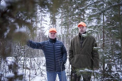 Pertti Vuorinen ja Jari Kallio ovat turhautuneita siihen, että luvat sudenkaatoon ovat kiven alla. Nyt metsästäjät harkitsevat vastatoimiin ryhtymistä, ellei lupien saaminen helpotu.