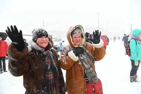 Siskokset Sirkka Jokinen ja Pirkko Mela olivat tulleet tervehtimään presidenttiä, vaikka sää ei ollut suotuisa. Heille tervehdys oli tavallaan juhlallinen päätös vaalityölle, jota he olivat Niinistön valinnan eteen tehneet.