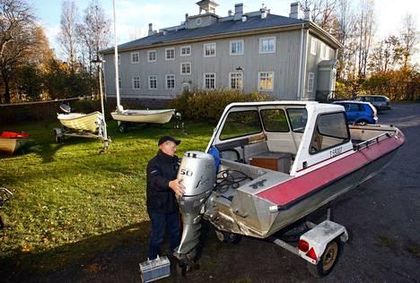 Talonmies Jukka Jussila kunnosteli venettä Repolinnan pihassa vuonna 2010.