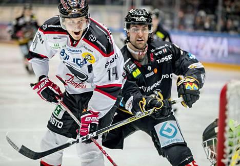 Jussi Makkonen karkasi alivoimalla läpiajoon ja viimeisteli tyylikkään osuman Jussi Rynnäksen taakse. Shaun Heshka ei ehtinyt estämään.