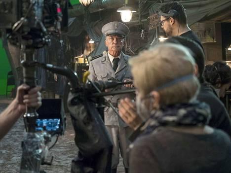 Tomi Tuulirannan tehtävä on kuvata, kun Iron Sky -elokuvaa kuvataan. Kuvassa taustalla näyttelijä Udo Kier.