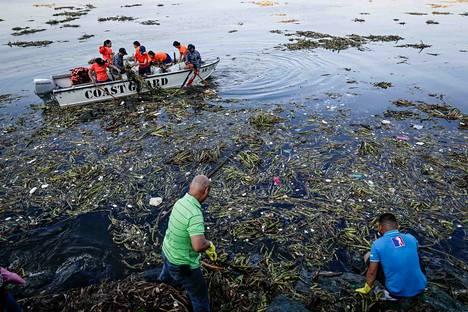 Maailman merissä kelluvasta muoviroskasta noin 10 prosenttia on mikromuovia. Kuvassa vapaaehtoiset poimivat muovia ja muuta roskaa merestä Filippiineillä viime syyskuussa.
