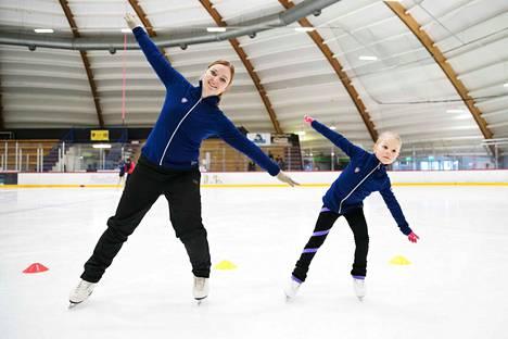Tapparan taitoluistelun lajivastaava Katri Melin ja kuusivuotias Aino Santaharju huristavat eteenpäin lentokoneen lailla. Kehon kallistaminen ja saman puolen polven koukistaminen opettaa tasapainoa ja kaarrosten tekemistä.