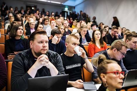Valtio-opin opiskelija ja Tampereen ylioppilaskunnan etinen puheenjohtaja Mikko Lampo osallistui kokoukseen kantaaottavassa paidassaan.