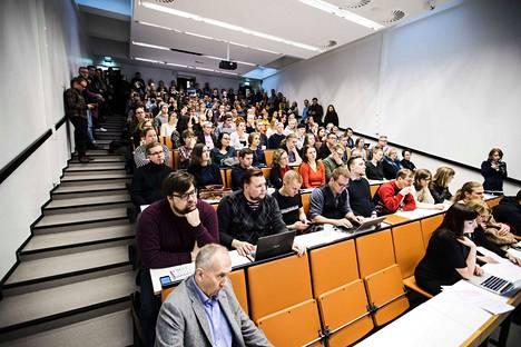 Kokoukseen osallistui täysi luentosalillinen opiskelijoita ja henkilökuntaa eli noin 150 henkilöä.