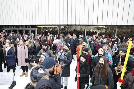 Väkijoukko marssi ulos Tampereen yliopistolla torstaina.