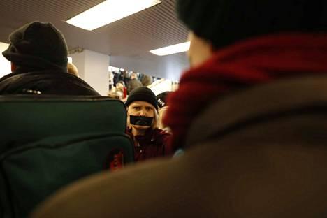 Protestoijat teippaavat suunsa symbolisena eleenä.