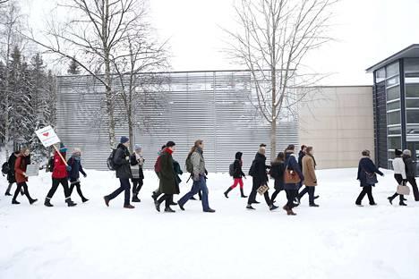 Ensimmäinen Tampereen yliopistolta tullut bussilastillinen saapui Hervantaan.