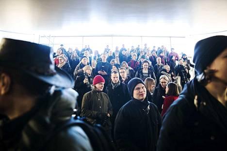 Tampereen yliopiston aula täyttyi ihmisistä torstaina aamupäivällä. Kello 12.00 väkijoukko marssi ulos.