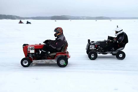 Sveitsiläis-saksalainen Ice Fighters 2, numero 2180, taistelee pääsuoralla suomalaisen Ryijy Motorsportin kanssa, numero 40.