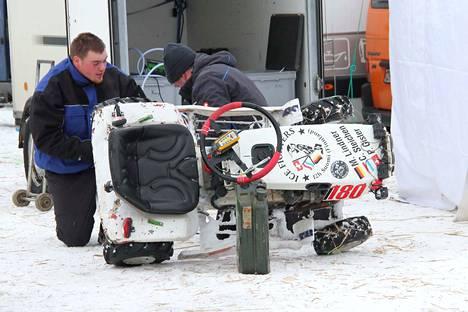 Varikolla tehtiin isojakin remontteja. Saksalainen Ice Fighters-talli suorittamassa huoltotöitä kilpailun aikana.
