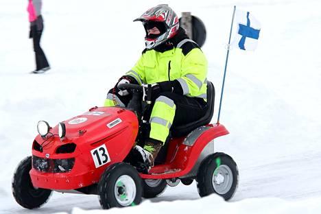 Suomalainen No Team Racing viilettää radan pääsuoralla.